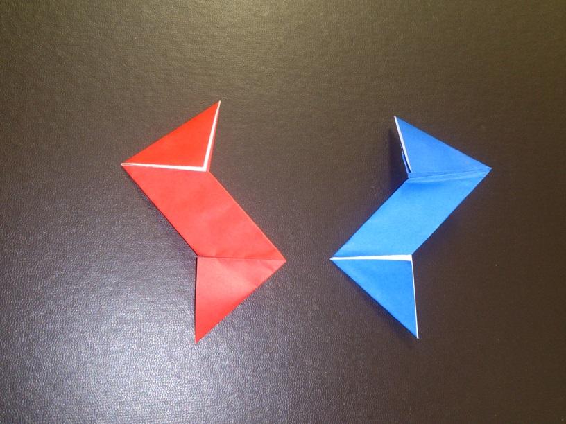 すべての折り紙 手裏剣 折り紙 簡単 : 赤の折り紙に、青い折り紙を ...