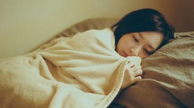 寝る女性2