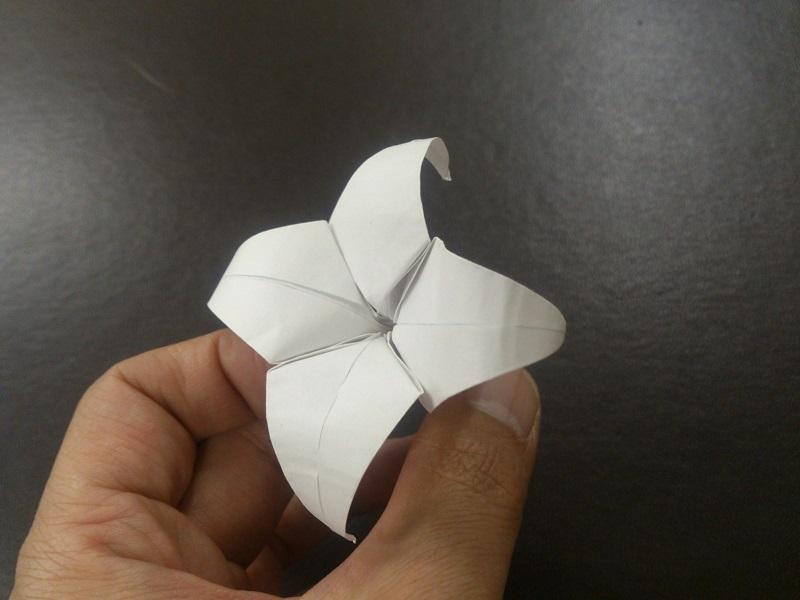 すべての折り紙 折り紙 バラ 立体 : 折り紙のゆりの折り方♪簡単で ...