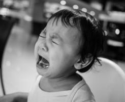 泣く男の子