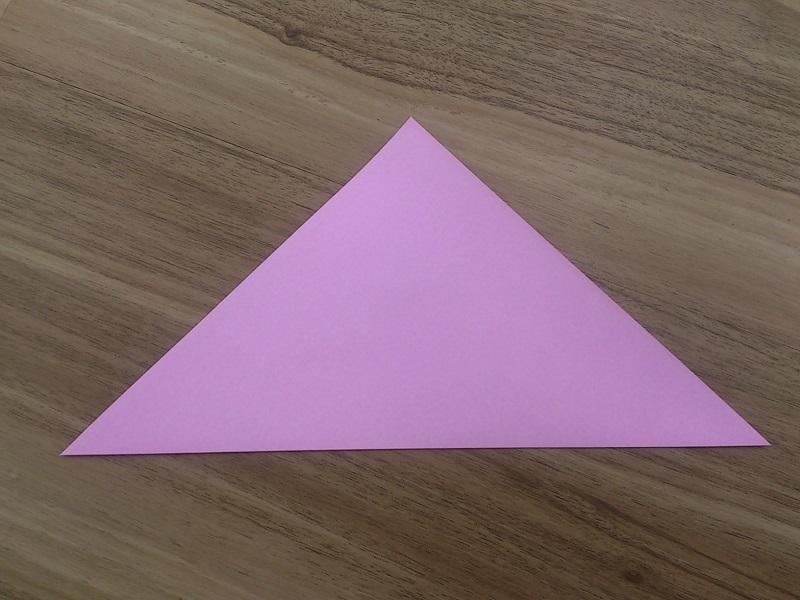 まず三角に折り目を入れます。 : コスモス折り紙作り方 : すべての折り紙